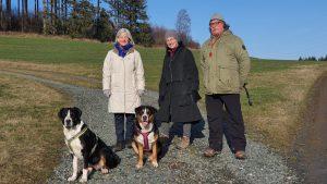 Ruth, Karin und Karl mit den GFK-Hunden Kira und Bonny